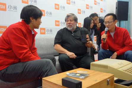 Wozniak speaks with Xiaomi CEO while holding up the company's router.