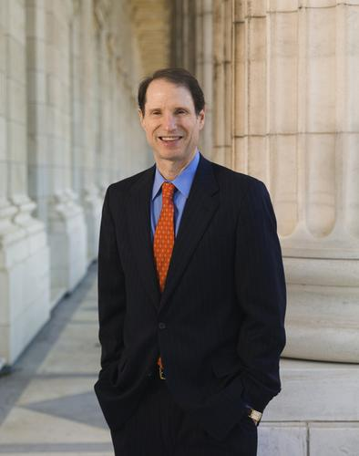 Senator Ron Wyden, an Oregon Democrat, calls for a new law limiting government access to mobile phone location information.